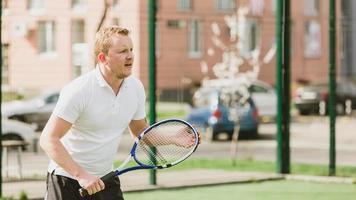 Mann Tennis spielen im Freien foto