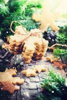 Ingwerplätzchen Schneeflocken auf hölzernem Hintergrund. rustikal