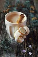 Milchkaffee, Weihnachtsbaumschmuck und Tannenzweige