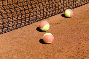 Tennisbälle im Netz foto