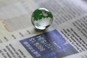 Erde auf der Zeitung foto
