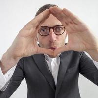 Führer, der das Konzept der Perspektive, des Fokus oder des Unternehmensrahmens ausdrückt foto