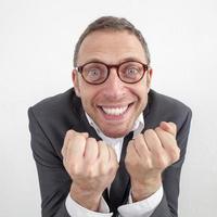 aufgeregter Manager, der mit Energie und Humor den Unternehmenserfolg genießt