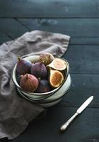Weihnachten oder Neujahr Rahmen. frische Mandarinen mit Blättern, Zimt foto