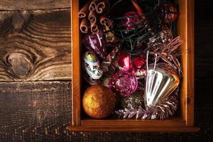 Holzkiste mit Weihnachtsschmuck und Geschenk horizontal foto