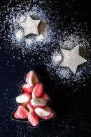 Gelee Weihnachtsbaum und Zuckersterne Draufsicht