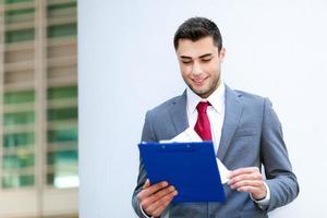 Porträt eines schönen jungen Managers im Freien