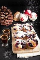 Weihnachtsfrühstück Muffins mit Trauben & Kaffee Espresso. foto