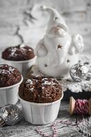 Schokoladenmuffins und keramischer Weihnachtsmann im Vintage-Stil foto