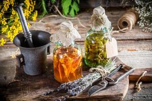 hausgemachte Tinktur in Flaschen als natürliche Medizin