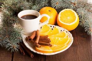 Weihnachtshintergrund mit Orangen, Kaffee und Zimtstangen