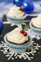 Schokoladencupcake mit Frischkäse in Weihnachtsdekorationen foto