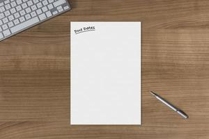 Fälligkeitstermine für leeres Blatt auf einem Holztisch foto