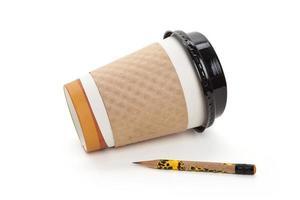 Einwegkaffeetasse und Bleistift