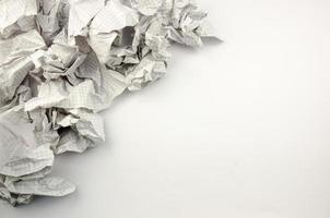 zerknittertes Papier geworfen