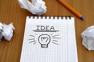 Idee und Glühbirne foto