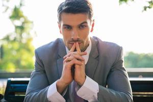 Porträt eines Geschäftsmannes, der draußen denkt foto
