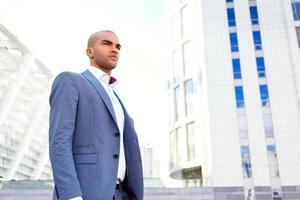 selbstbewusster Geschäftsmann, der nahe Bürogebäude steht foto