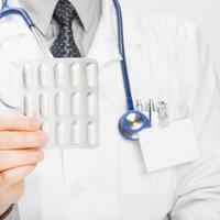 Arzt hält Pillen in der Hand - Gesundheitspflegekonzept foto