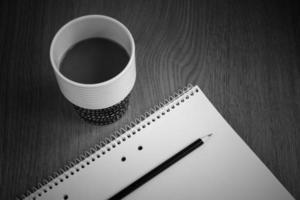 Kaffee mit weißem Papier und Bleistift foto