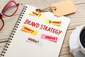 Markenstrategie-Marketingkonzept mit Notizbuch auf Arbeitstisch foto