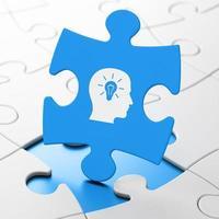 Marketingkonzept: Kopf mit Glühbirne auf Puzzle-Hintergrund foto