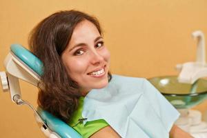 Mädchen bei der Untersuchung beim Zahnarzt foto