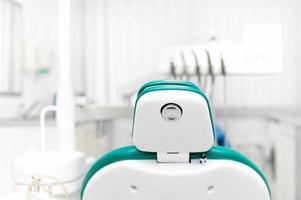 Nahaufnahme von Zahnarztstuhl und Werkzeugen foto