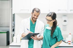 Arzt und Krankenschwester untersuchen den Bericht des Patienten