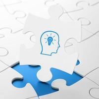 Bildungskonzept: Kopf mit Glühbirne auf Puzzle-Hintergrund
