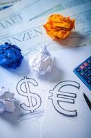 Handzeichnung eines Dollarzeichens und eines Eurozeichens