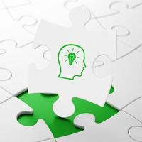 Kopf und Glühbirne auf Puzzle-Hintergrund als Bildungskonzept
