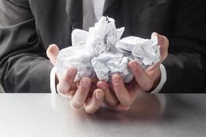 gestresster Geschäftsmann mit Papierkram foto