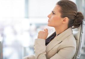 Porträt der nachdenklichen Geschäftsfrau im Amt foto