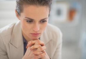 Porträt der nachdenklichen Geschäftsfrau foto
