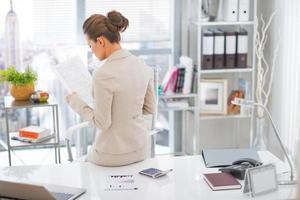 Geschäftsfrau arbeitet. Rückansicht foto