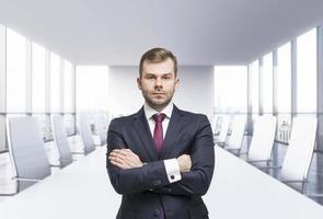 selbstbewusster Geschäftsmann mit gekreuzten Händen foto