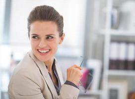 glückliche Geschäftsfrau mit Brille im Büro foto