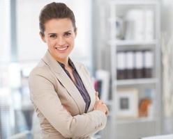 Porträt der lächelnden Geschäftsfrau im modernen Büro foto
