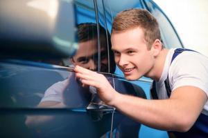 Automechaniker an der Tankstelle foto