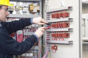 Elektriker prüft Industriemaschine foto