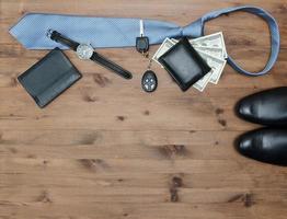 Gentleman-Konzept. Krawatte Dollar Uhren Autoschlüssel und Schuhe foto