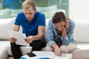 Paar, das das Finanzbudget berechnet foto