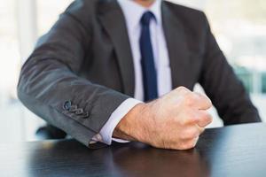 wütender Geschäftsmann klopft auf den Tisch foto