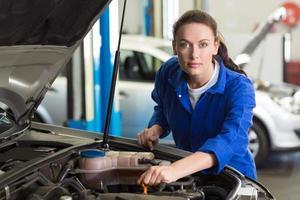 Mechaniker arbeitet unter der Haube foto