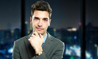 junger Manager in seinem Büro in der Nacht