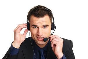 gut aussehender lächelnder Kundendienstbetreiber