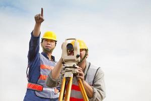 Vermessungsingenieur, der mit dem Partner Maßnahmen ergreift foto