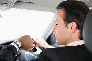 Geschäftsmann auf dem Fahrersitz foto