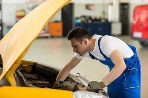 Mechaniker arbeitet am Motor foto